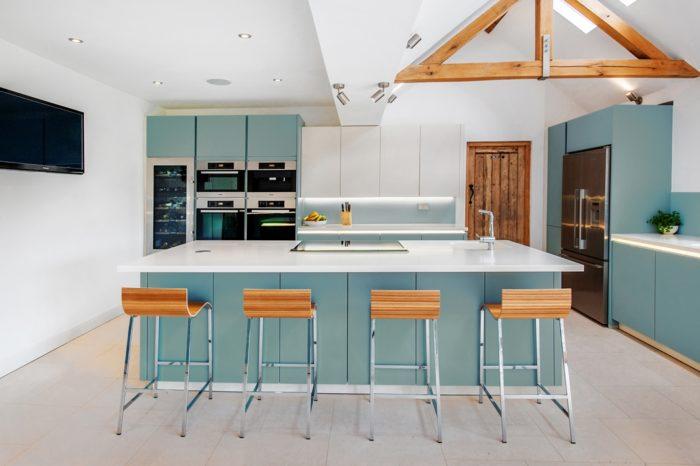 Cozinha-azul-po-design-cadeira-bar-balcao-ideias